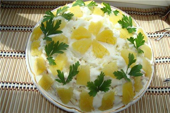 Салат с ананасом курицей и сыром и картофелем