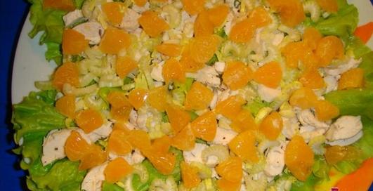 Салат из мандаринов, грибов, сыра и перца