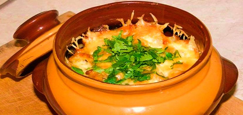 Голень с картошкой в горшочках